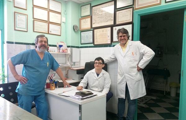 """Elisabeth Martínez ejerciendo voluntariado en la clínica veterinaria """"Doberman"""". Foto: Grupo AMÁS"""
