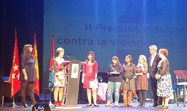 """El grupo de mujeres """"Estamos Aquí"""" galardonado en la II Edición de los Premios Móstoles contra la violencia de género. Foto: Grupo AMÁS."""