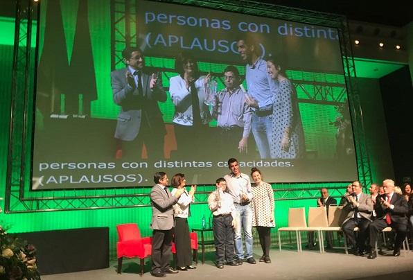 """Entrega del premio en el certamen """"Andalucía más social"""". Foto: Grupo AMÁS."""
