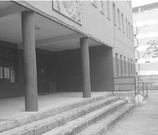 Acceso con rampa poco accesible al Centro de Atención Temprana.