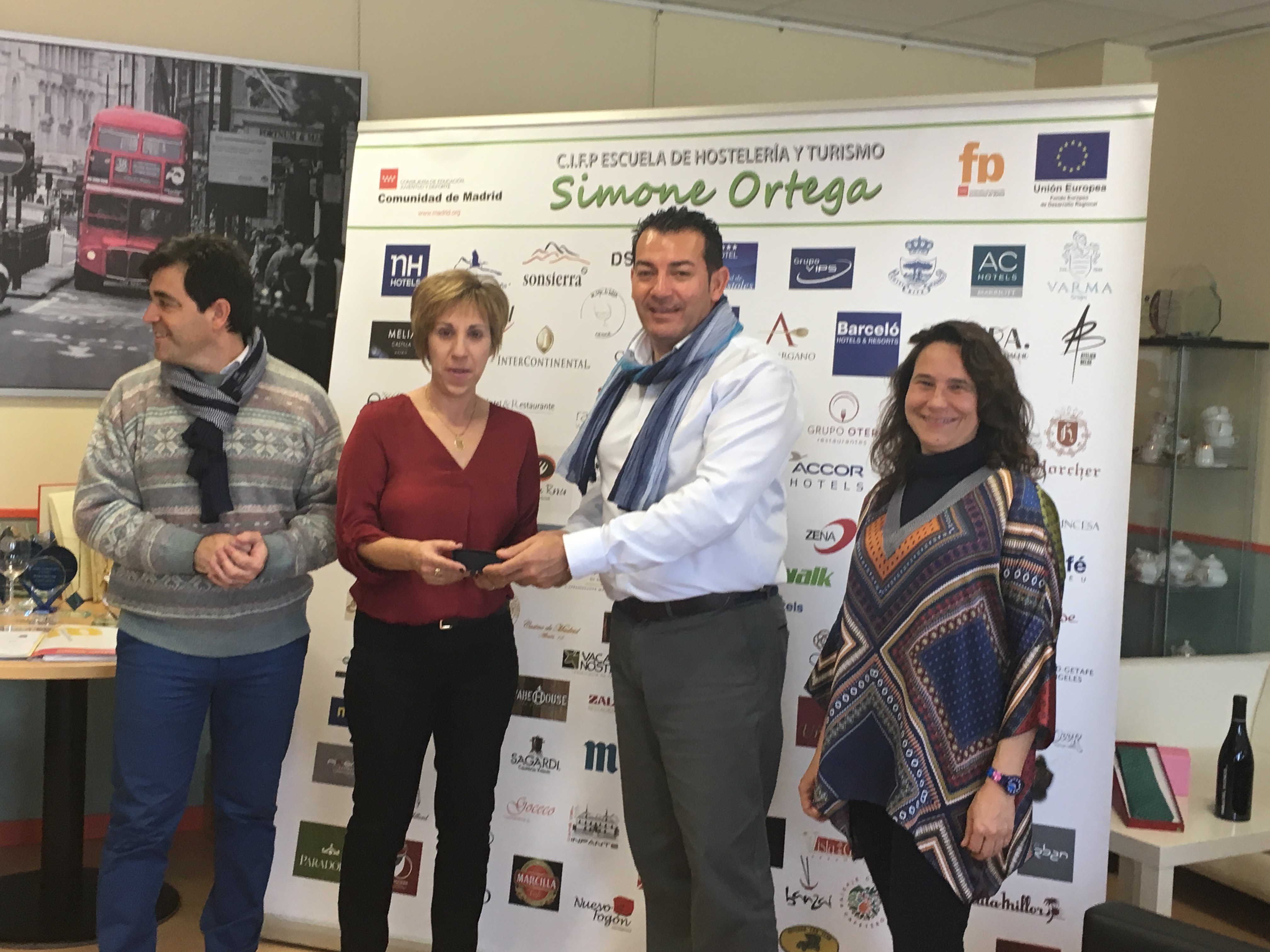 María Ángeles Sancho recibe el donativo del director, Jesús Díaz