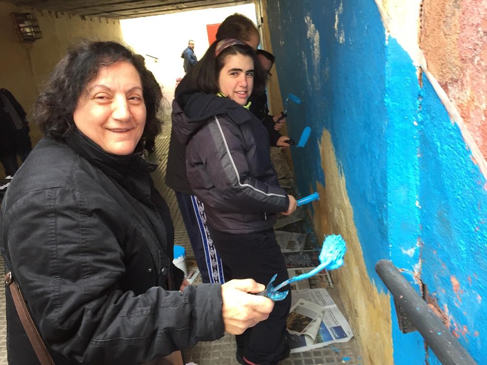 Vecina de Leganés colaborando en El Bosque de la Inclusión. Foto: Grupo AMÁS.