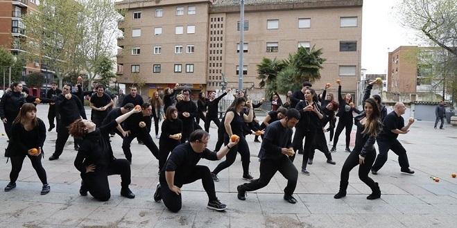 Momento del flashmob realizado por AMÁS Escena en la Semana de la Salud de Móstoles.