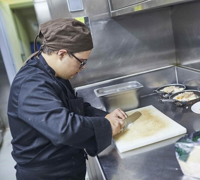 Trabajador del Restaurante Gallinas y Focas. Foto: Grupo AMÁS