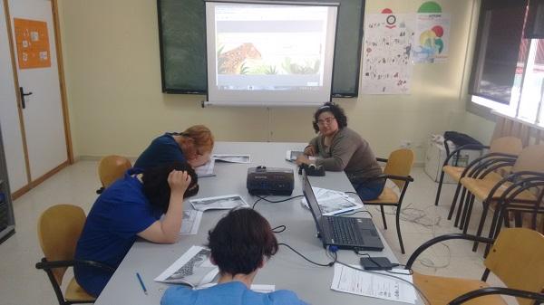 """Validadores de AMÁS Fácil trabajando en el libro """"El viaje de Ilombé"""". Foto: Grupo AMÁS."""