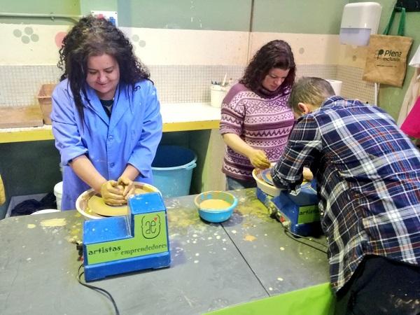 """La Concejala de Educación, Servicios Sociales e Infancia del Ayuntamiento de Leganés, Virginia Jiménez en """"Sueños hechos a mano"""". Foto: Grupo AMÁS."""
