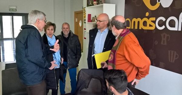 Los profesores , Schalok y Verdugo con representantes de Grupo AMÁS.