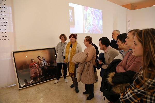 """Personas con discapacidad intelectual de Grupo AMÁS visitan la exposición """"El espacio de la memoria"""". Foto: Grupo AMÁS."""