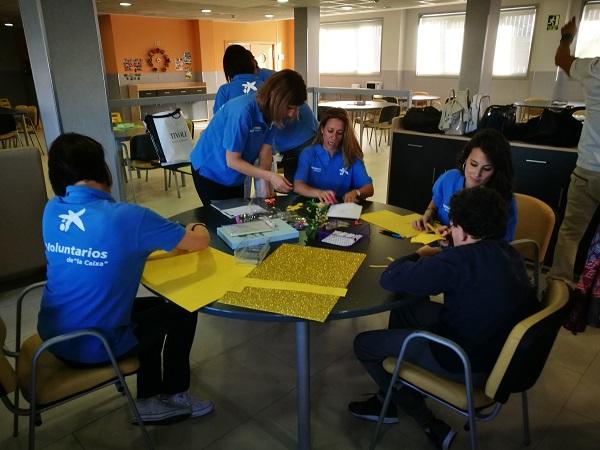 Voluntari@s de La Caixa colaborando con personas con discapacidad intelectual. Foto: Grupo AMÁS.